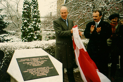 Sir Anthony Pilkington, unveiled the cornerstone of the first Polish Float line in Sandomierz (November 1993).