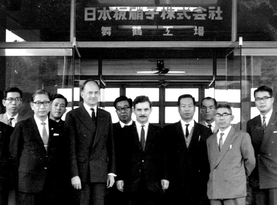 A group photo at the Maizuru Plant (from the front left, Managing Director Takimoto and Sir Alastair Pilkington)